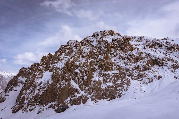 Het kaukasusgebergte is een natuurreservaat in de stad sochi
