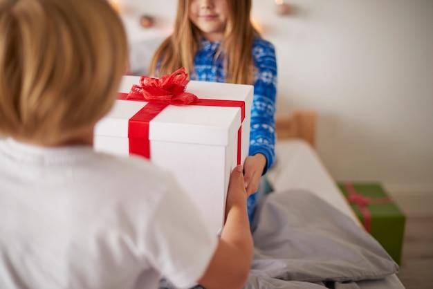 Het kerstcadeau delen in het bed