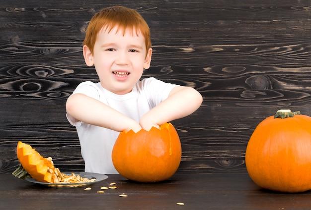 Het kind bereidt zich voor op halloween
