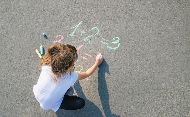 Het kind beslist grommend op het asfalt. selectieve aandacht.