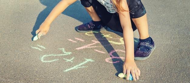 Het kind beslist grommend over het asfalt.