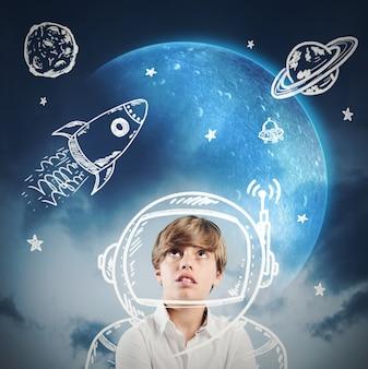 Het kind dagdroomt en speelt om astronaut te worden