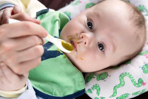 Het kind, dat vanaf de eerste lepel voedt, proeft voor het eerst groenten, emoties.