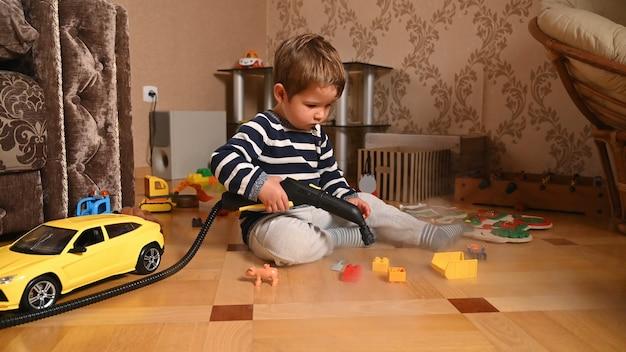 Het kind desinfecteert speelgoed. reiniging van kinderspeelgoed.