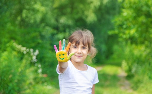 Het kind dient verven een glimlach in.