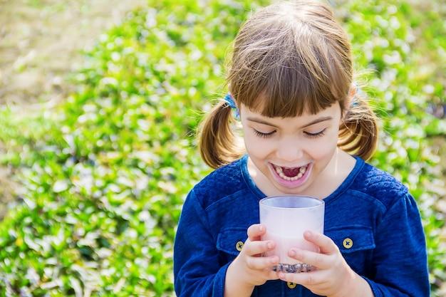 Het kind drinkt melk. selectieve aandacht. kinderen.