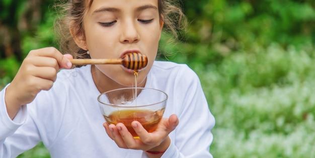 Het kind eet honing en appels. selectieve aandacht.