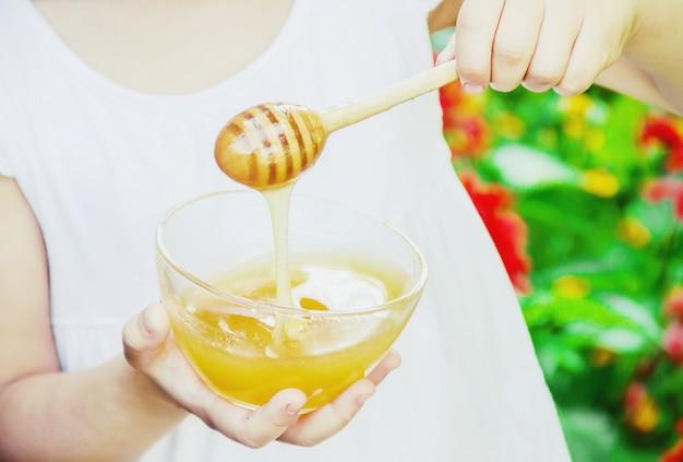 Het kind eet honing. selectieve aandacht. natuur