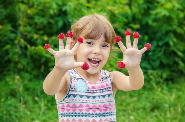 Het kind eet zelfgemaakte frambozen. selectieve aandacht.
