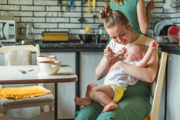 Het kind huilt en weigert melkpap te eten Premium Foto