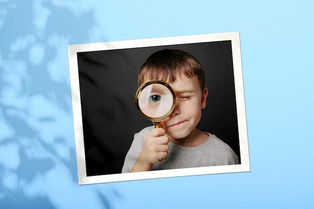 Het kind kijkt in een vergrootglas