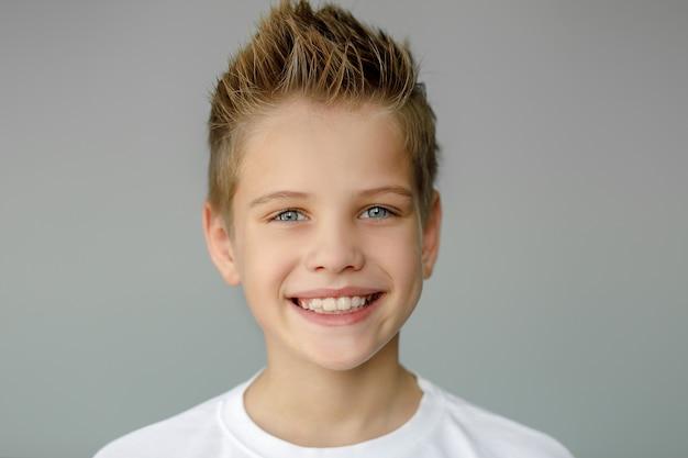 Het kind lacht en vertoont grillige tanden. tandheelkundige geneeskunde en gezondheidszorg