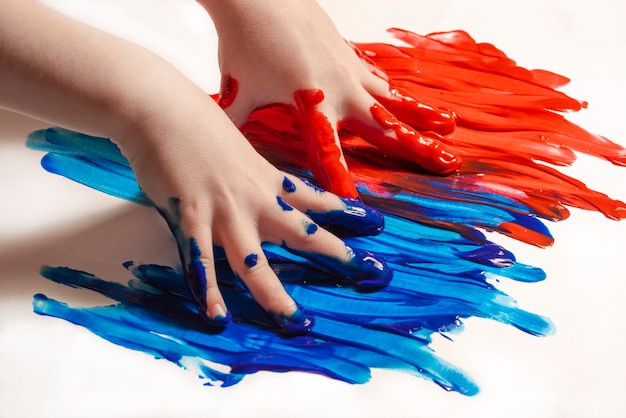 Het kind leert schilderen met zijn handen kunst en creatief onderwijsconcept babyvingers