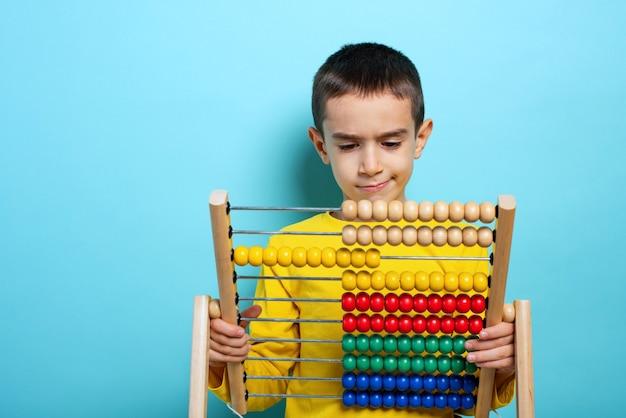 Het kind probeert een wiskundig probleem op te lossen met telraam