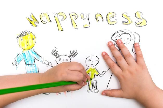 Het kind schildert een schets van het gezin