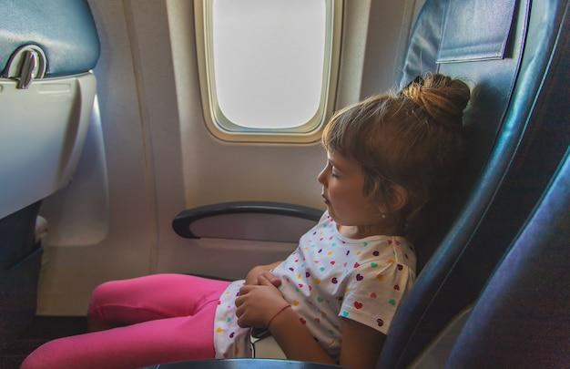 Het kind slaapt in het vliegtuig