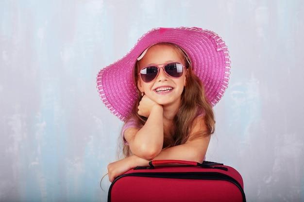Het kind verzamelde zich boven de zee. het concept van reizen en vrije tijd.