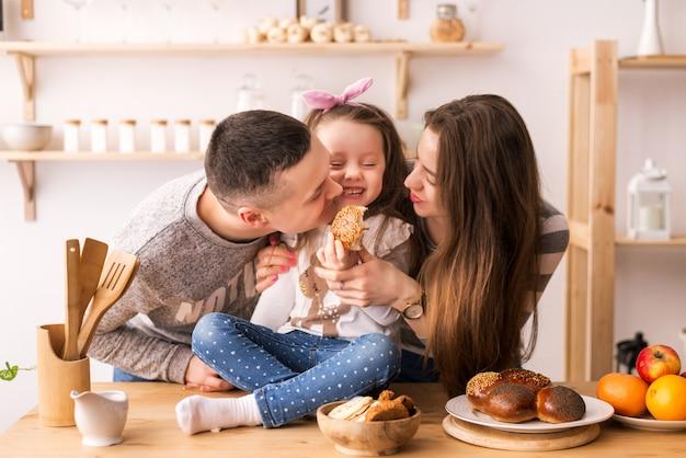 Het kind voedt ouders in de keuken