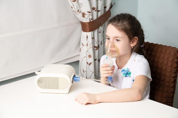 Het kind wordt behandeld voor een hoest met een inhalator