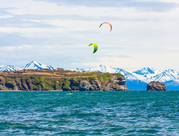 Het kitesurfen, kiteboarden, kitesurfen. extreme sportkitesurfen op het schiereiland kamtsjatka in de stille oceaan