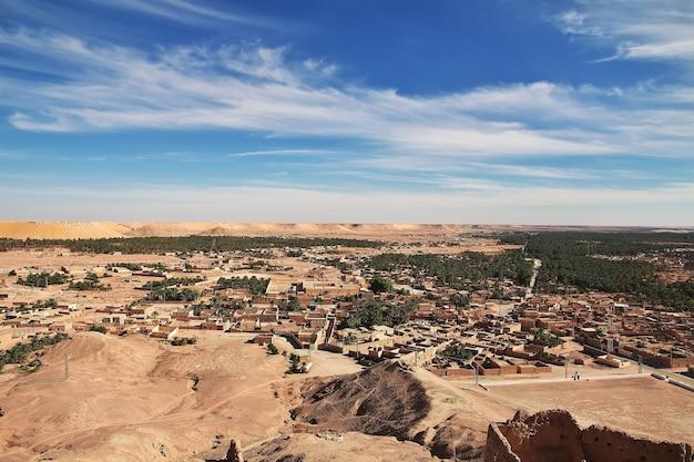 Het kleine dorp in de saharawoestijn van algerije