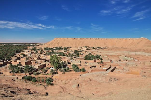 Het kleine dorp in de woestijn van de sahara van algerije