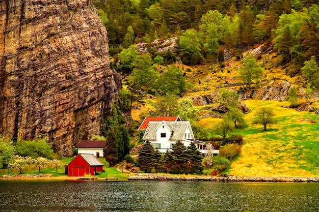 Het kleine dorpje op de heuvel aan de kust van de noordzee