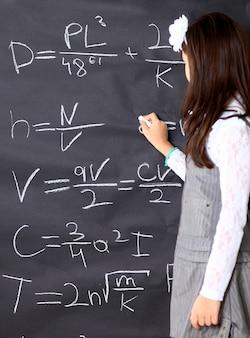 Het kleine meisje besluit wiskundige vergelijkingen te maken.