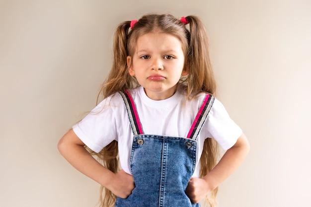 Het kleine meisje is boos