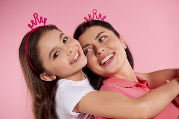 Het kleine meisje klom op de rug van mijn moeder.