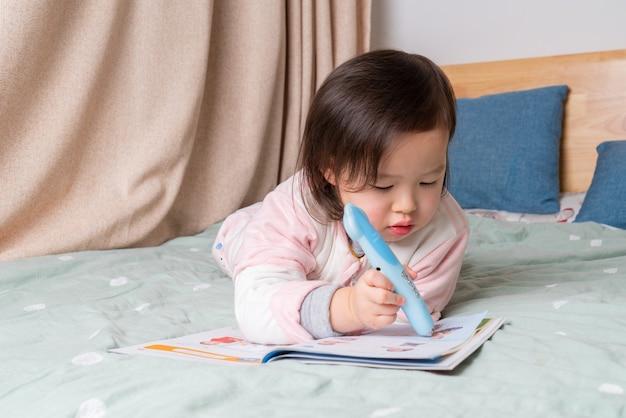 Het kleine meisje las in bed