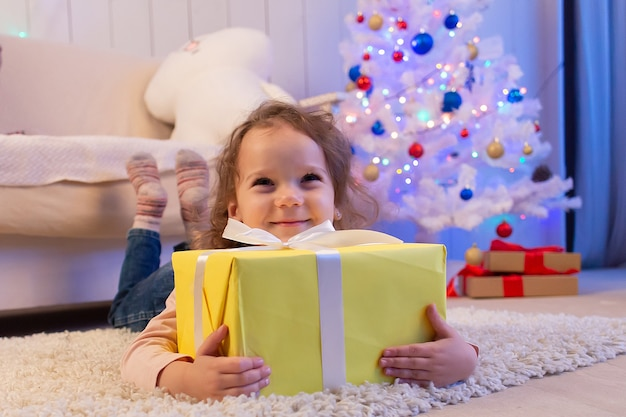 Het kleine meisje met cadeau, kerstmis