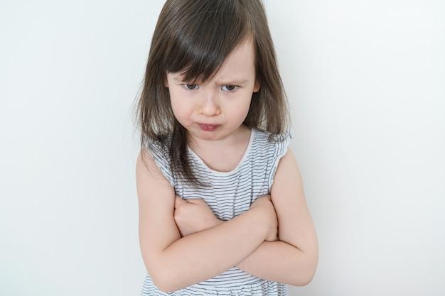 Het kleine meisje was boos. het kind was erg overstuur en beledigd. mooie baby is verdrietig