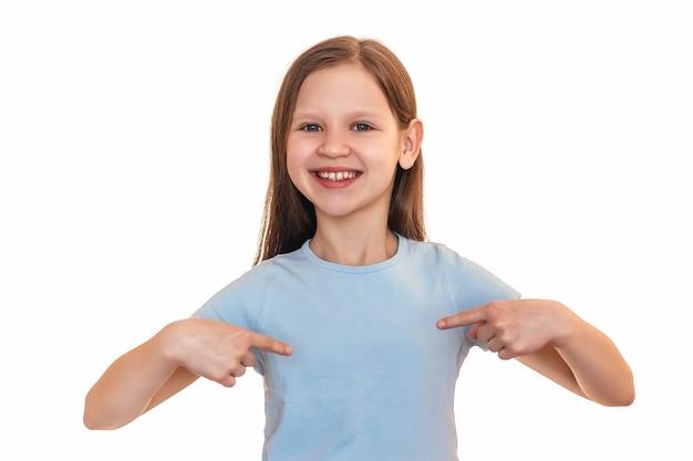 Het kleine meisje wijst met haar vingers naar haar borst