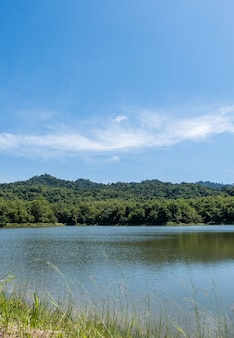 Het kleine, rustige meer van het stuwmeer ligt in een vallei.