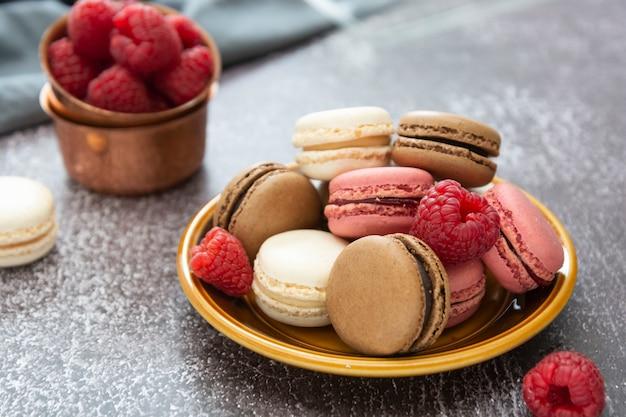 Het kleurrijke dessert van de makaronscake dat van amandelbloem wordt gemaakt. frambozen bitterkoekjes.