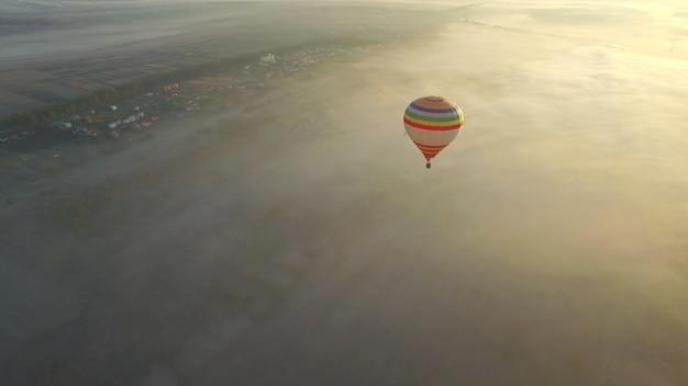 Het kleurrijke hete luchtballons vliegen