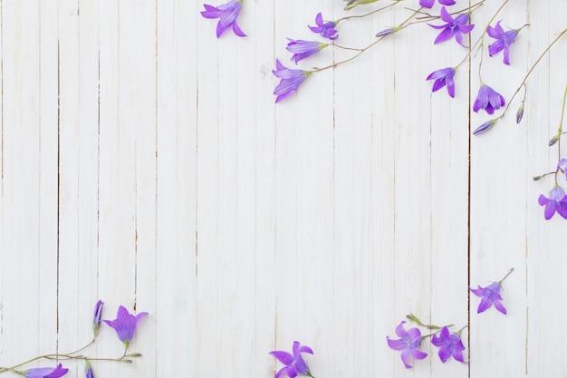 Het klokje bloeit om witte houten achtergrond