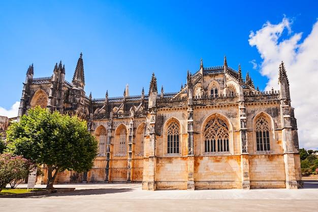 Het klooster van batalha is een dominicaans klooster in de burgerlijke parochie van batalha, portugal. oorspronkelijk bekend als het klooster van saint mary of the victory.