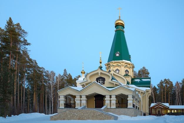 Het klooster van de heilige koninklijke martelaren in de avond