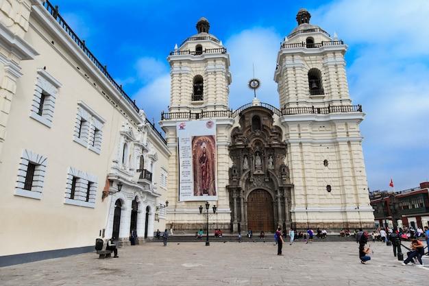 Het klooster van san francisco bevindt zich in lima, peru