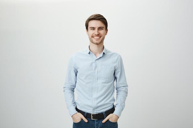 Het knappe succesvolle zakenman glimlachen