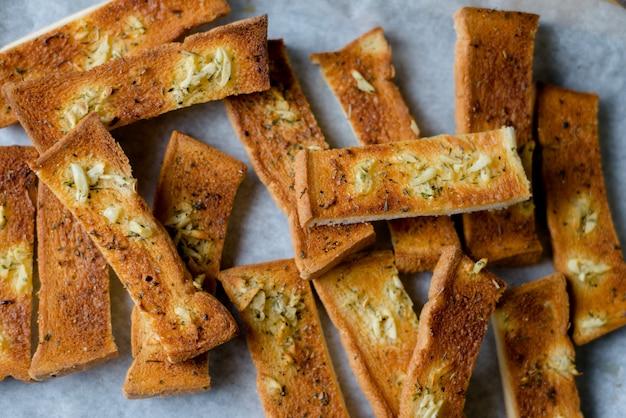 Het knoflookbrood schikt op houten lijst