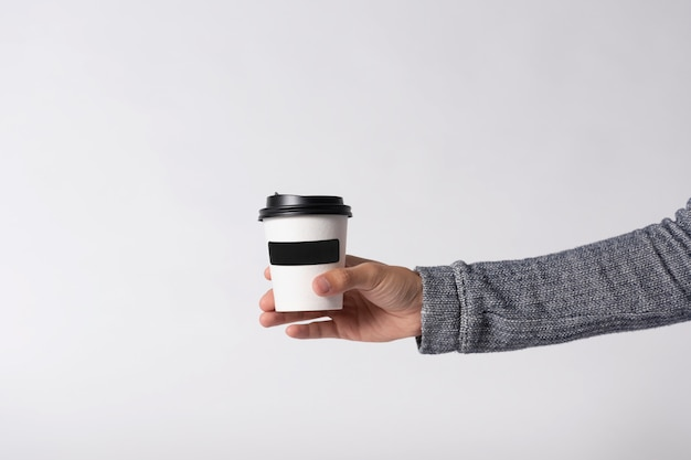 Het koffiedocument van het model kop op grijze achtergrond. voor logo-branding.