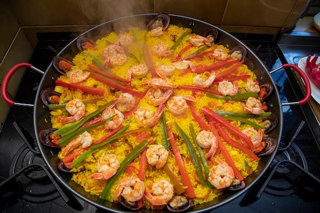 Het koken van een paella spaans traditioneel voedsel valencia.