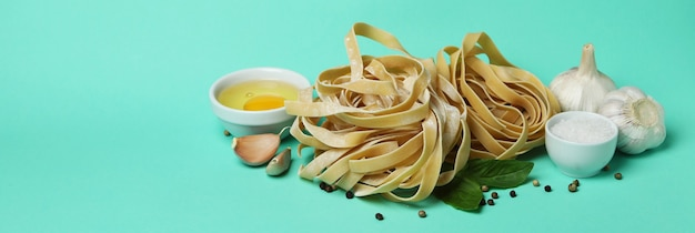 Het koken van smakelijke deegwaren op muntoppervlak