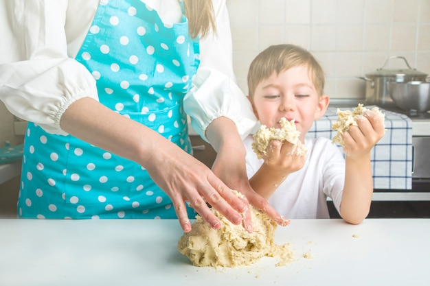 Het koken van vegetarische dumplings met aardappelpuree in huiskeuken.