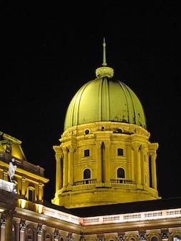 Het koninklijk paleis in boedapest bij nacht, hongarije