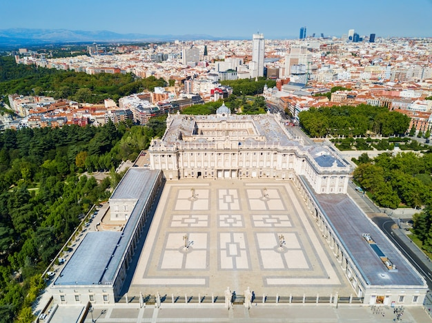 Het koninklijk paleis van madrid luchtfoto panoramisch uitzicht. palacio real de madrid is de officiële residentie van de spaanse koninklijke familie in madrid, spanje