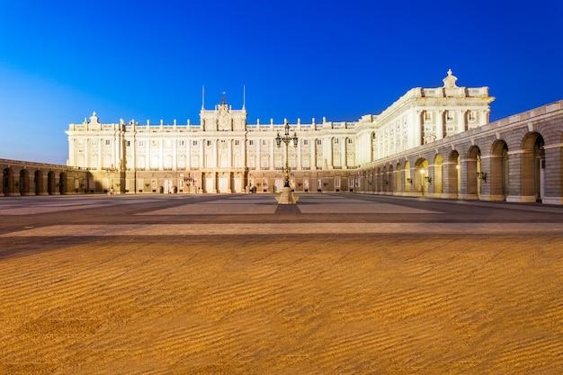 Het koninklijk paleis van madrid of palacio real de madrid is de officiële residentie van de spaanse koninklijke familie in madrid, spanje